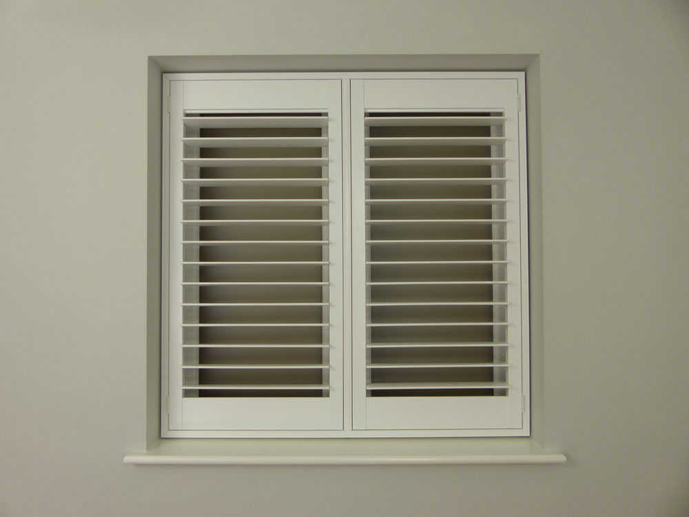 Shutters without a horizontal rail