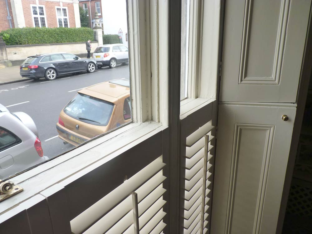 Shutter fixed by magnets